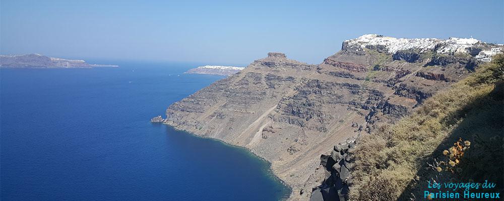 Vue d'Oia depuis les falaises de Fira à Santorin