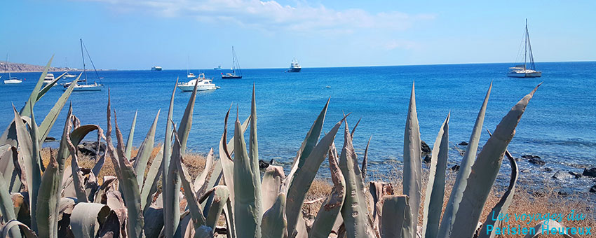 Vue de la mer de Santorin depuis la rive