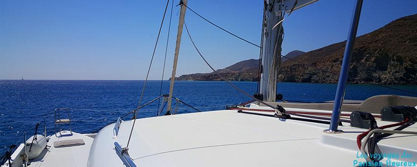 Catamaran sur les eaux de Santorin