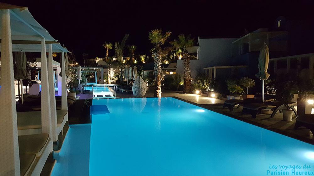 La piscine de nuit de l'hôtel Aurora Luxury Hotel & Spa à Santorin