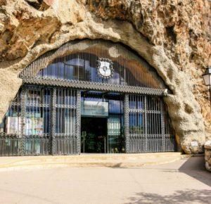 L'entrée de l'église de la grotte