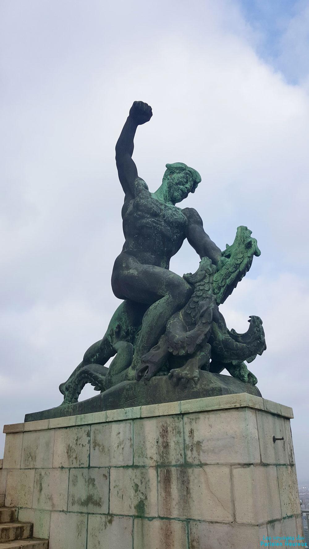 Statue avec dragon à Budapest