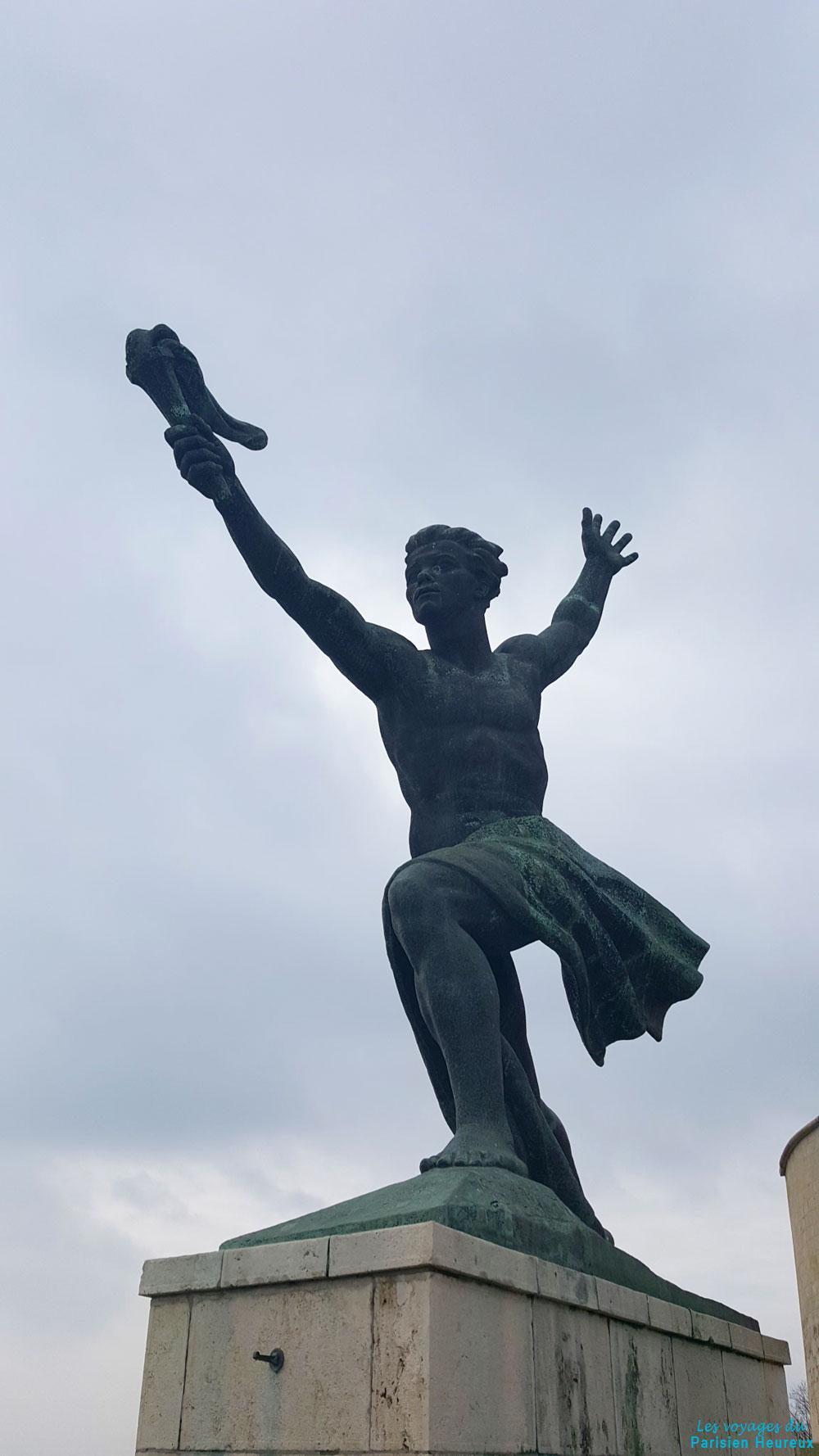 Statue avec torche à Budapest