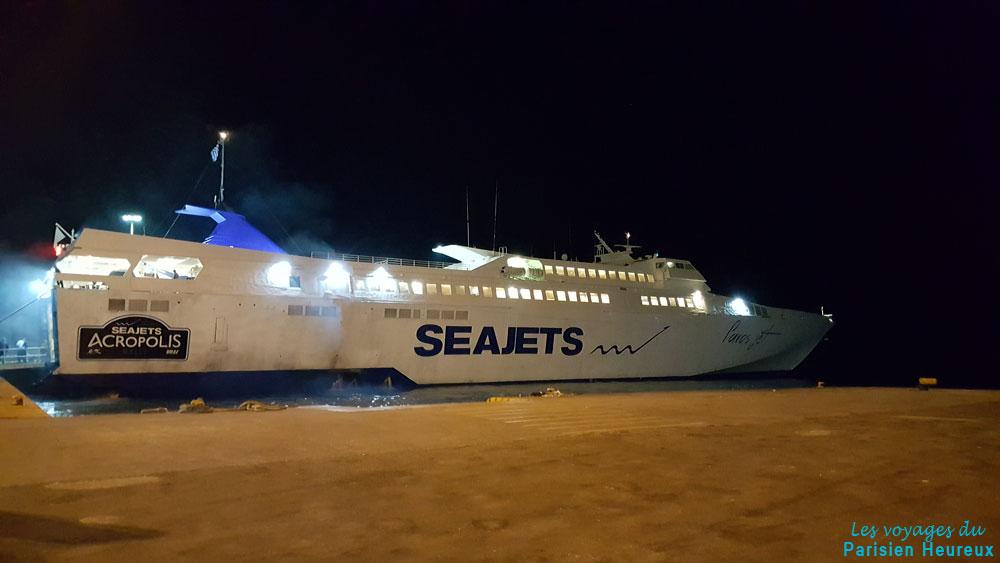 Ferry qui revient de Paros