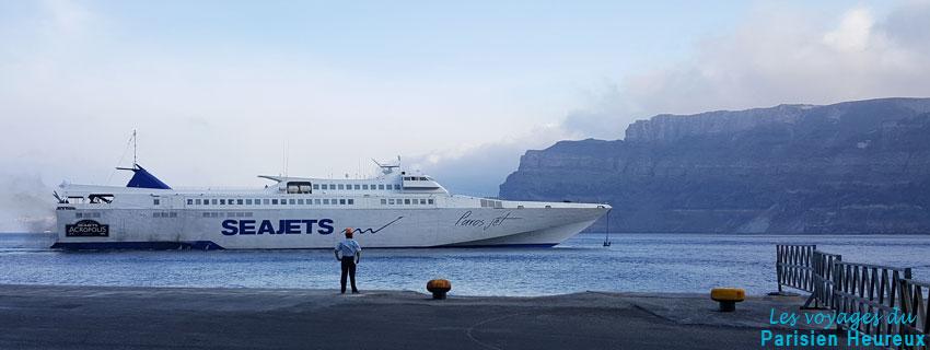 Ferry au départ de Paros dans le port d'Athinios à Santorin