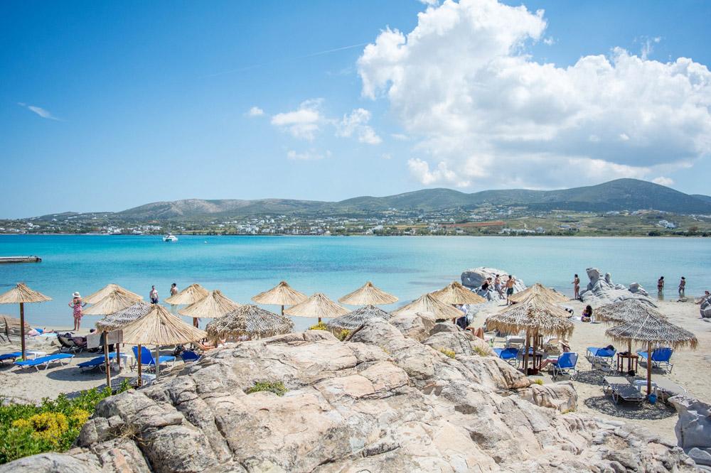 La plage de Kolympethres à Paros