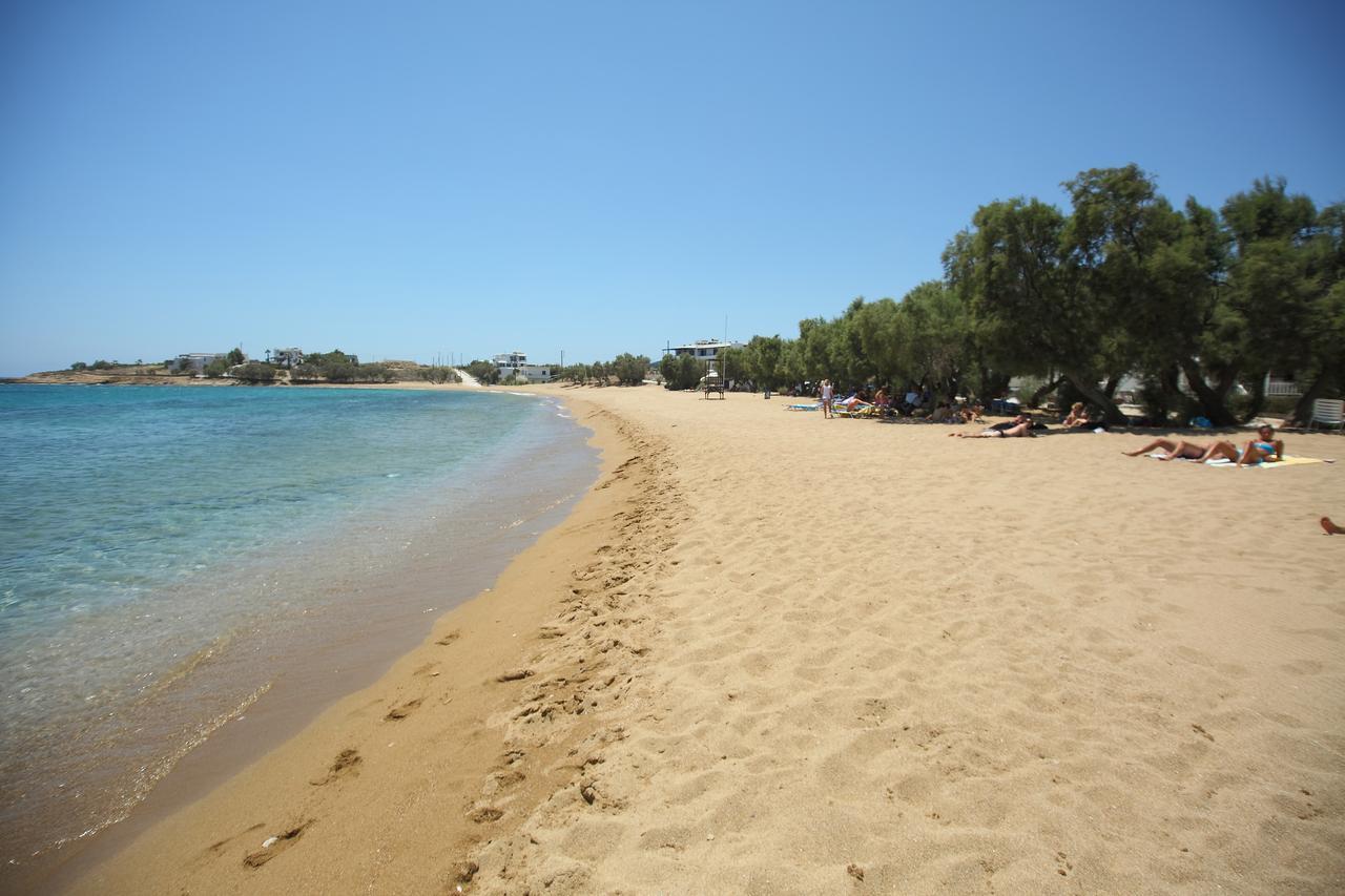 La plage de Paralia Logaras à Paros