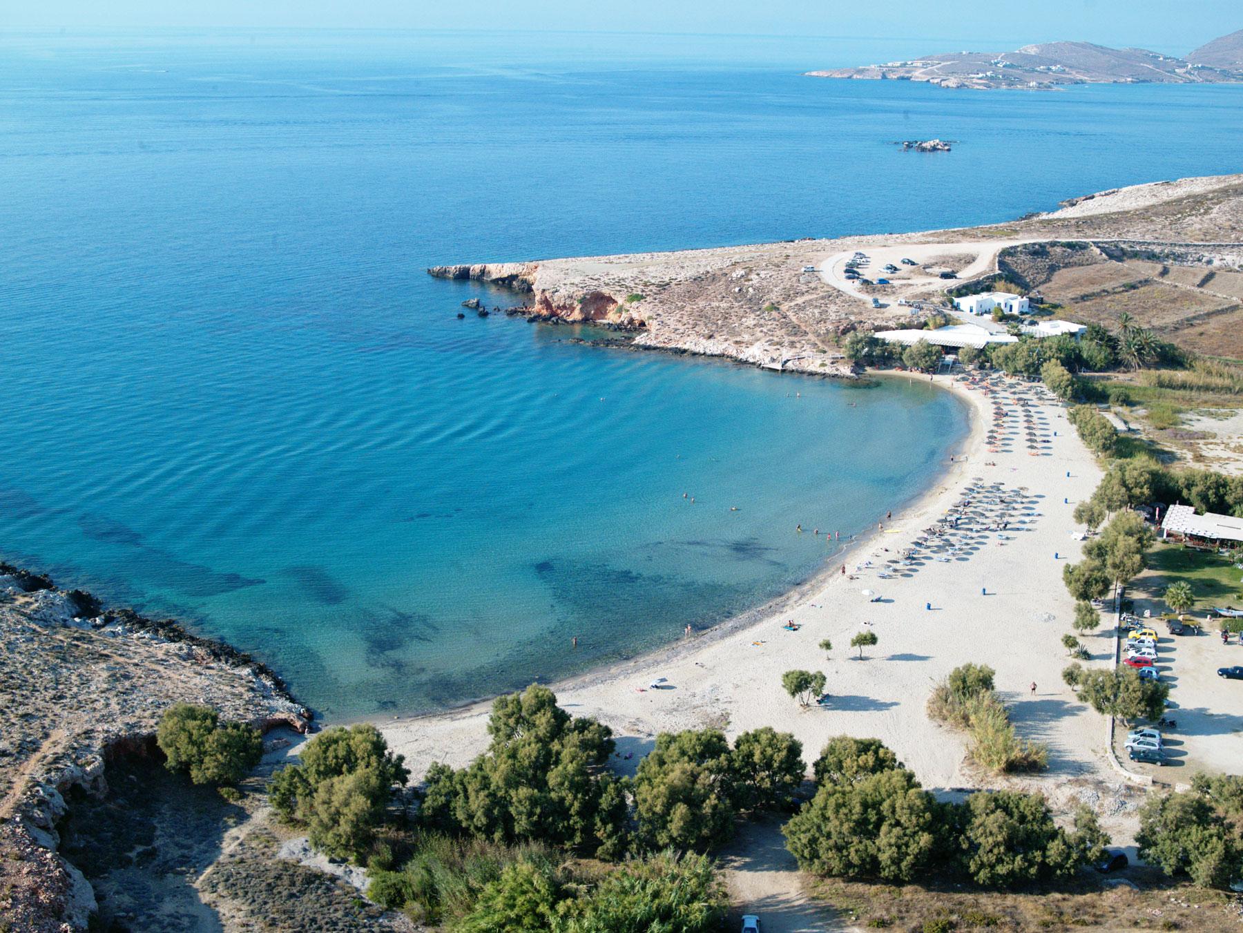 La plage de Parasporos à Paros
