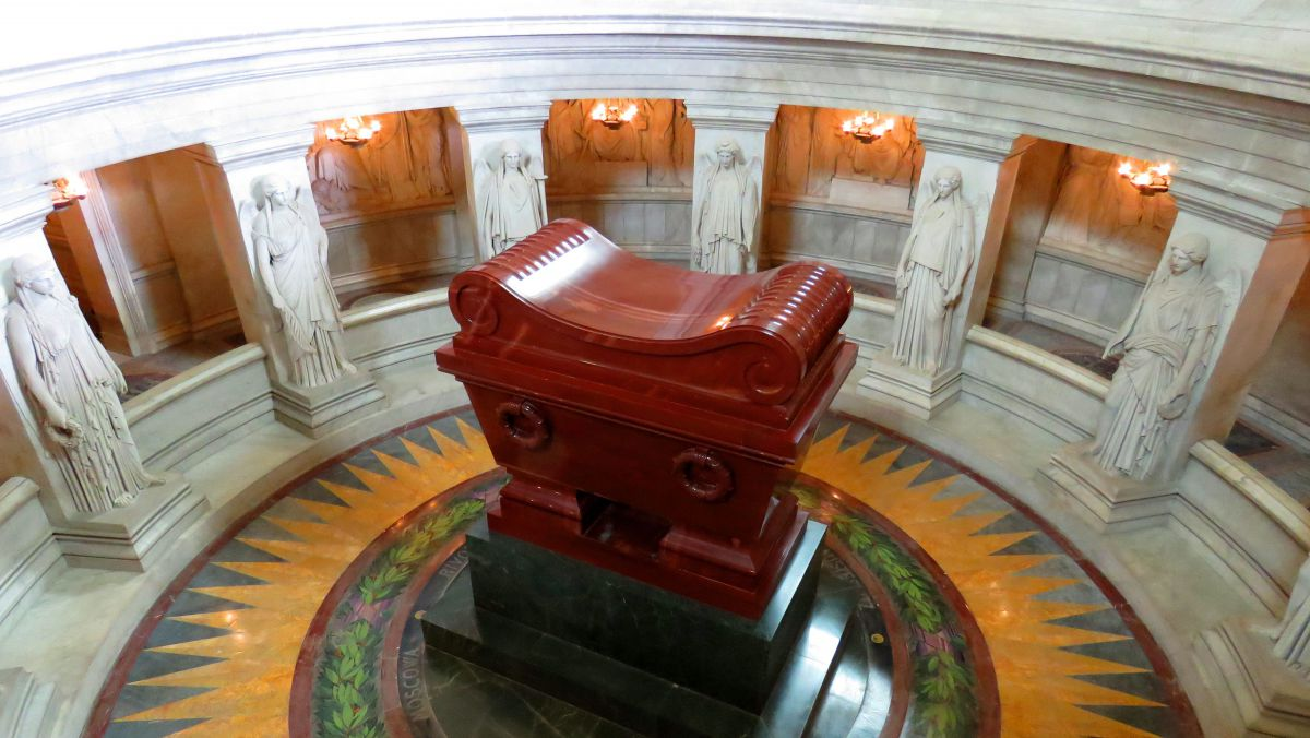 Les douze statues de femmes entourant le tombeau de Napoléon